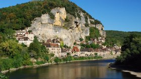 La Roque Gageac le long de la Dordogne (© By Stephane Mignon (Flickr: La Roque Gageac le long de la Dordogne) [CC BY 2.0 (http://creativecommons.org/licenses/by/2.0)], via Wikimedia Commons (original photo: https://commons.wikimedia.org/wiki/File:La_Roque_Gageac_le_long_de_la_Dordogne.jpg#mw-jump-to-license))