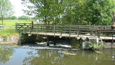 Weir on Pickering Beck at Low Mill, Lendales Lane.  (© © Copyright Phil Catterall (https://www.geograph.org.uk/profile/5995) and licensed for reuse (http://www.geograph.org.uk/reuse.php?id=183157) under this Creative Commons Licence (https://creativecommons.org/licenses/by-sa/2.0/).)