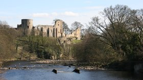 Barnard Castle from across the River Tees near the caravan park (© By Robert Scarth from London, England (Barnard Castle) [CC BY-SA 2.0 (https://creativecommons.org/licenses/by-sa/2.0)], via Wikimedia Commons)