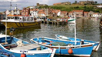 Whitby harbour from new Quay (© Graham Proud [CC BY-SA 2.0 (https://creativecommons.org/licenses/by-sa/2.0)], via Wikimedia Commons (original photo: https://commons.wikimedia.org/wiki/File:Whitby_harbour_from_new_Quay_-_geograph.org.uk_-_47082.jpg))