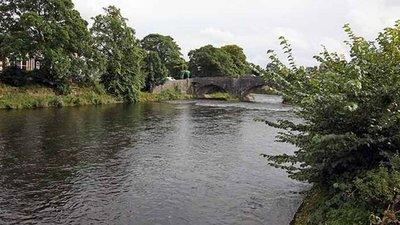 River, Kendal (© John Salmon [CC BY-SA 2.0 (https://creativecommons.org/licenses/by-sa/2.0)], via Wikimedia Commons (original photo: https://commons.wikimedia.org/wiki/File:River,_Kendal_-_geograph.org.uk_-_929411.jpg))