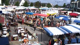 Market in Fouesnant - jour de marché (© By Patrice78500 (Own work) [Public domain], via Wikimedia Commons)