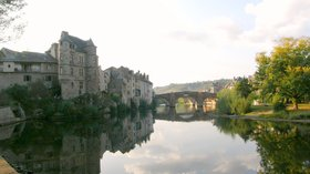 In the Aveyron region: Espalion (© By Larra Jungle Princess (Flickr: Espalion (France)) [CC BY 2.0 (http://creativecommons.org/licenses/by/2.0)], via Wikimedia Commons (original photo: https://commons.wikimedia.org/wiki/File:Espalion_(Aveyron,_France).jpg))