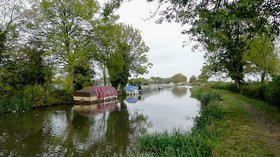 Trent and Mersey Canal east of Shardlow, Derbyshire  (© © Copyright Roger Kidd (https://www.geograph.org.uk/profile/12192) and licensed for reuse (http://www.geograph.org.uk/reuse.php?id=1618565) under this Creative Commons Licence (https://creativecommons.org/licenses/by-sa/2.0/).)