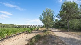 Aqueduc de Castries, Hérault (© By Christian Ferrer (Own work) [CC BY-SA 3.0 (http://creativecommons.org/licenses/by-sa/3.0)], via Wikimedia Commons (original photo: https://commons.wikimedia.org/wiki/File:Aqueduc_de_Castries,_H%C3%A9rault_01.jpg))
