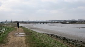 Essex Way, River Stour Estuary, Manningtree. Railway bridge of the Manningtree - Ipswich line (© Maarten Sepp [CC BY-SA 3.0 (https://creativecommons.org/licenses/by-sa/3.0)], via Wikimedia Commons (original photo: https://commons.wikimedia.org/wiki/File:Essex_Way,_River_Stour_Estuary,_Manningtree._Railway_bridge_of_the_Manningtree_-_Ipswich_line._-_panoramio.jpg))