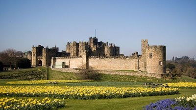 Alnwick Castle (© By Phil Thomas (originally posted to Flickr as the castle) [CC BY 2.0 (http://creativecommons.org/licenses/by/2.0)], via Wikimedia Commons (original photo: https://commons.wikimedia.org/wiki/File:Alnwick_Castle_02.jpg))