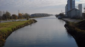 Aire-sur-la-Lys - Canal de Neuffossé - Silo (© By Benjism89 (Own work) [GFDL (http://www.gnu.org/copyleft/fdl.html) or CC BY-SA 3.0 (http://creativecommons.org/licenses/by-sa/3.0)], via Wikimedia Commons (GFDL copy: https://en.wikipedia.org/wiki/GNU_Free_Documentation_License, original photo: https://commons.wikimedia.org/wiki/File:Aire-sur-la-Lys_-_Canal_de_Neuffoss%C3%A9_-_Silo.JPG))