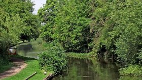Grand Union Canal north of Whetstone in Leicestershire  (© © Copyright Roger Kidd (https://www.geograph.org.uk/profile/12192) and licensed for reuse (https://www.geograph.org.uk/reuse.php?id=5904853) under this Creative Commons Licence (https://creativecommons.org/licenses/by-sa/2.0/).)