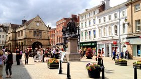 The Square, Shrewsbury (© By Gnesener1900 (Own work) [CC BY-SA 3.0 (https://creativecommons.org/licenses/by-sa/3.0)], via Wikimedia Commons (original photo: https://commons.wikimedia.org/wiki/File:The_Square,_Shrewsbury.JPG))