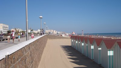 In the region of Vendee - Saint-jean-de-monts - plage (© By --Pinpin 11:32, 30 September 2006 (UTC) (Own work) [CC BY-SA 2.5 (http://creativecommons.org/licenses/by-sa/2.5), GFDL (http://www.gnu.org/copyleft/fdl.html) or CC-BY-SA-3.0 (http://creativecommons.org/licenses/by-sa/3.0/)], via Wikimedia Commons (GFDL copy: https://en.wikipedia.org/wiki/GNU_Free_Documentation_License, original photo: https://commons.wikimedia.org/wiki/File:France_-_Saint-jean-de-monts_-_plage.jpg))