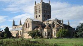 Tewkesbury Abbey (© By Paul Pichota from Kaiserslautern, Deutschland (dsc03055) [CC BY-SA 2.0 (https://creativecommons.org/licenses/by-sa/2.0)], via Wikimedia Commons (original photo: https://commons.wikimedia.org/wiki/File:Tewkesbury_Abbey_02.jpg))