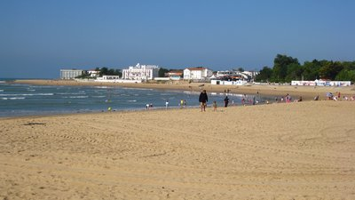 Plage centrale de la Tranche-sur-Mer (© By Minou85 (Own work) [GFDL (http://www.gnu.org/copyleft/fdl.html) or CC BY-SA 3.0 (http://creativecommons.org/licenses/by-sa/3.0)], via Wikimedia Commons (GFDL copy: https://en.wikipedia.org/wiki/GNU_Free_Documentation_License, original photo: https://commons.wikimedia.org/wiki/File:Plage_centrale_de_la_Tranche-sur-Mer_2.jpg#mw-jump-to-license0)