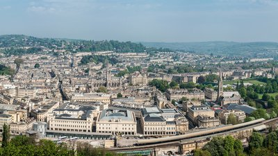 Bath, Somerset Panorama (© By Diliff (Own work) [CC BY-SA 3.0 (http://creativecommons.org/licenses/by-sa/3.0) or GFDL (http://www.gnu.org/copyleft/fdl.html)], via Wikimedia Commons (GFDL copy: https://en.wikipedia.org/wiki/GNU_Free_Documentation_License, original photo: https://commons.wikimedia.org/wiki/File:Bath,_Somerset_Panorama_-_April_2011.jpg))
