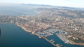 Aerial photograp of Antibes (© By Paul Downey from Berkhamsted, UK (Antibes) [CC BY 2.0 (http://creativecommons.org/licenses/by/2.0)], via Wikimedia Commons)