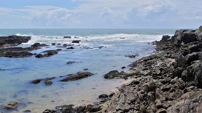 Batz-sur-Mer (© Photo: JLPC/Wikimedia Commons, via Wikimedia Commons (original photo: https://commons.wikimedia.org/wiki/File:Batz-sur-Mer_44_Granit_2009b2.jpg))
