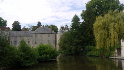 In the area: La riviere Ecole et le chateau a Milly la Foret (© By Pline (Own work) [GFDL (http://www.gnu.org/copyleft/fdl.html) or CC BY-SA 4.0-3.0-2.5-2.0-1.0 (http://creativecommons.org/licenses/by-sa/4.0-3.0-2.5-2.0-1.0)], via Wikimedia Commons (GFDL copy: https://en.wikipedia.org/wiki/GNU_Free_Documentation_License, original photo: https://commons.wikimedia.org/wiki/File:La_riviere_Ecole_et_le_chateau_a_Milly_la_ForetP1050654.JPG))