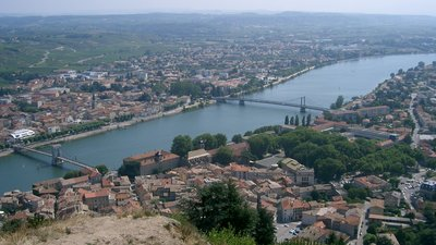 Tournon-sur-Rhône - Ardèche (© By No machine-readable author provided. PRA assumed (based on copyright claims). [GFDL (http://www.gnu.org/copyleft/fdl.html), CC-BY-SA-3.0 (http://creativecommons.org/licenses/by-sa/3.0/) or CC BY 2.5 (http://creativecommons.org/licenses/by/2.5)], via Wikimedia Commons (GFDL copy: https://en.wikipedia.org/wiki/GNU_Free_Documentation_License, original photo: https://commons.wikimedia.org/wiki/File:Tournon-sur-Rh%C3%B4ne_-_Ard%C3%A8che.JPG))