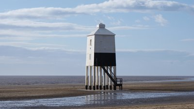 Burnham on sea low lighthouse (© By Tonylemesmerd (Own work) [CC BY 3.0 (http://creativecommons.org/licenses/by/3.0)], via Wikimedia Commons (original photo: https://commons.wikimedia.org/wiki/File:Burnham_on_sea_low_lighthouse.JPG))