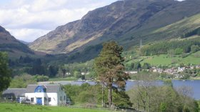 Lochearnhead and Glen Ogle close to the caravan park (© By User:Gartnait (Own work by the original uploader) [Public domain], via Wikimedia Commons)