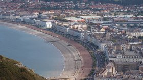 Llandudno in Wales (© By Nigel Swales (originally posted to Flickr as Llandudno, Wales) [CC BY-SA 2.0 (https://creativecommons.org/licenses/by-sa/2.0)], via Wikimedia Commons (original photo: https://commons.wikimedia.org/wiki/File:Llandudno_in_Wales.jpg))