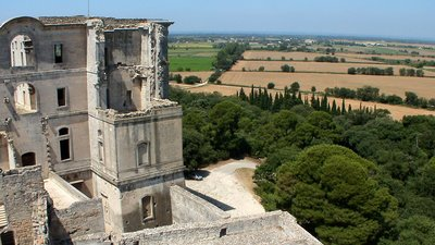 Abbaye Montmajour, Fontvieille - panorama (© Jfdo [CC BY-SA 3.0 (http://creativecommons.org/licenses/by-sa/3.0)], via Wikimedia Commons (original photo: https://commons.wikimedia.org/wiki/File:Abbaye_Montmajour,_Fontvieille,_France_-_panoramio.jpg))