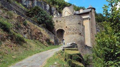 In the Lot region: Le château médiéval de Larroque-Toirac - Département du Lot (© By Erwan Corre (Own work) [CC BY-SA 3.0 (http://creativecommons.org/licenses/by-sa/3.0)], via Wikimedia Commons (original photo: https://commons.wikimedia.org/wiki/File:Le_ch%C3%A2teau_m%C3%A9di%C3%A9val_de_Larroque-Toirac_-_D%C3%A9partement_du_Lot_(46)_-_France_-_Juin_2011_-_Photo_03.jpg))