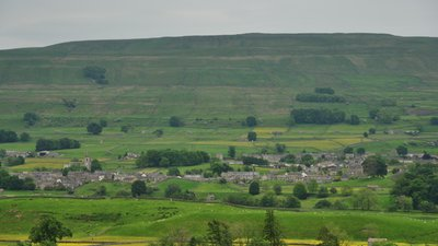 Hawes and Wether Fell from Hardraw (© By Nilfanion (Wikimedia UK) [CC BY-SA 4.0 (https://creativecommons.org/licenses/by-sa/4.0)], via Wikimedia Commons (original photo: https://commons.wikimedia.org/wiki/File:Hawes_and_Wether_Fell_from_Hardraw_(6240).jpg))
