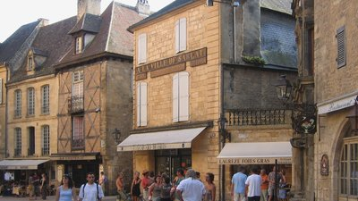Sarlat-la-Canéda Place (© By Gilbert Bochenek (Own work) [GFDL (http://www.gnu.org/copyleft/fdl.html) or CC BY 3.0 (http://creativecommons.org/licenses/by/3.0)], via Wikimedia Commons (GFDL copy: https://en.wikipedia.org/wiki/GNU_Free_Documentation_License, original photo: https://commons.wikimedia.org/wiki/File:Sarlat-la-Can%C3%A9da-Place.jpg))