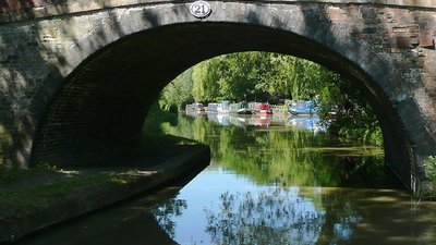 The Ashby Canal at Wykin Bridge near Stoke Golding, Leicestershire  (© © Copyright Roger Kidd (https://www.geograph.org.uk/profile/12192) and licensed for reuse (https://www.geograph.org.uk/reuse.php?id=2088424) under this Creative Commons Licence (https://creativecommons.org/licenses/by-sa/2.0/).)
