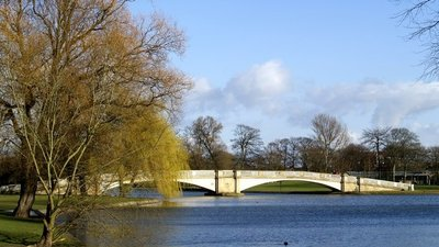 East Park Footbridge Hull (© Andy Beecroft [CC BY-SA 2.0 (https://creativecommons.org/licenses/by-sa/2.0)], via Wikimedia Commons (original photo: https://commons.wikimedia.org/wiki/File:East_Park_Footbridge_Hull.jpg))