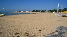 Plage centrale de la, Tranche-sur-Mer (© By Minou85 (Own work) [GFDL (http://www.gnu.org/copyleft/fdl.html) or CC BY-SA 3.0 (http://creativecommons.org/licenses/by-sa/3.0)], via Wikimedia Commons (GFDL copy: https://en.wikipedia.org/wiki/GNU_Free_Documentation_License, original photo: https://commons.wikimedia.org/wiki/File:Plage_centrale_de_la_Tranche-sur-Mer.jpg))