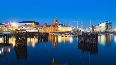 Cardiff Bay at night (© By Cardiff Harbour Authority (Cardiff Harbour Authoroty) [CC BY-SA 3.0 (https://creativecommons.org/licenses/by-sa/3.0)], via Wikimedia Commons (original photo: https://commons.wikimedia.org/wiki/File:Cardiff_Bay_at_night.jpg))