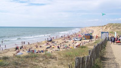 Plage de Sauveterre_ Olonne-sur-Mer) (© By Florian Pépellin (Own work) [CC BY-SA 3.0 (http://creativecommons.org/licenses/by-sa/3.0)], via Wikimedia Commons (original photo: https://commons.wikimedia.org/wiki/File:Plage_de_Sauveterre_(Olonne-sur-Mer).JPG))