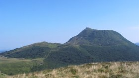 Puy de dome (© By Alain Rigaïl (Own work; Camera: Toshiba PDRM70) [CC BY-SA 2.0 fr (http://creativecommons.org/licenses/by-sa/2.0/fr/deed.en)], via Wikimedia Commons (original photo: https://commons.wikimedia.org/wiki/File:Puy_de_dome_2001-07-30.jpg))
