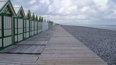 Cayeux-sur-Merlage - on the beach (© By Amanda Slater, from Coventry (England) [CC BY-SA 2.0 (http://creativecommons.org/licenses/by-sa/2.0)], via Wikimedia Commons (original photo: http://www.campinglesgaletsdelamolliere.com/campsite-france-picardy.html))