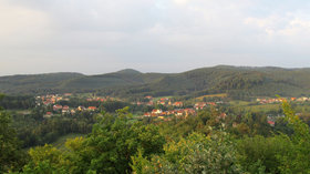 Baerenthal vue sur le village prise du château du Ramstein (© By Lal.sacienne (Own work) [CC BY-SA 3.0 (http://creativecommons.org/licenses/by-sa/3.0)], via Wikimedia Commons (original photo: https://commons.wikimedia.org/wiki/File:Baerenthal-vue-sur-le-village-prise_du-ch%C3%A2teau-du-Ramstein.png))
