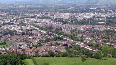 Cheltenham from Leckhampton Arp (© Arpingstone [Public domain], via Wikimedia Commons)