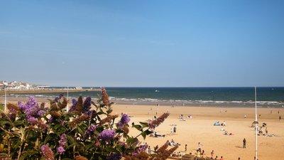 Bridlington Beach near the caravan park (© By Angela Findlay [CC BY-SA 3.0 (https://creativecommons.org/licenses/by-sa/3.0)], from Wikimedia Commons (original photo: https://commons.wikimedia.org/wiki/File:Bridlington_Beach.JPG))