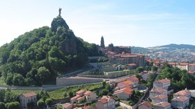 Le Puy-en-Velay - Panorama (© By Jean-Pol GRANDMONT (Own work) [CC BY-SA 3.0 (http://creativecommons.org/licenses/by-sa/3.0), GFDL (http://www.gnu.org/copyleft/fdl.html) or CC BY 3.0 (http://creativecommons.org/licenses/by/3.0)], via Wikimedia Commons (GFDL copy: https://en.wikipedia.org/wiki/GNU_Free_Documentation_License, original photo: https://commons.wikimedia.org/wiki/File:Le_Puy-en-Velay_-_Panorama_-_JPG1.jpg))