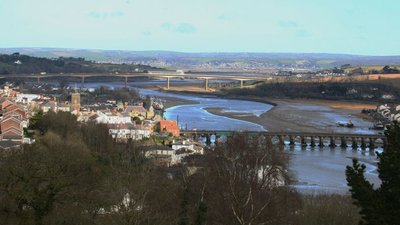 Bideford bridges from Upcott Hill  (© © Copyright A Darling (https://www.geograph.org.uk/profile/27124) and licensed for reuse (http://www.geograph.org.uk/reuse.php?id=867952) under this Creative Commons Licence (https://creativecommons.org/licenses/by-sa/2.0/).)
