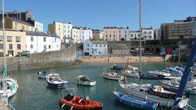 The harbour, Tenby (© Humphrey Bolton [CC BY-SA 2.0 (https://creativecommons.org/licenses/by-sa/2.0)], via Wikimedia Commons (original photo: https://commons.wikimedia.org/wiki/File:The_harbour,_Tenby_-_geograph.org.uk_-_1016019.jpg))
