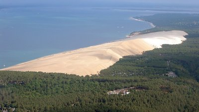 Dune in the nearby bay (© By Mtu33260 (Own work) [GFDL (http://www.gnu.org/copyleft/fdl.html) or CC-BY-SA-3.0 (http://creativecommons.org/licenses/by-sa/3.0/)], via Wikimedia Commons)