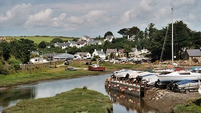 Harbwr Abersoch (© Robin Drayton [CC BY-SA 2.0 (https://creativecommons.org/licenses/by-sa/2.0)], via Wikimedia Commons (original photo: https://commons.wikimedia.org/wiki/File:Harbwr_Abersoch_632038.jpg))
