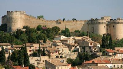Town nearby  - Villeneuve-lès-Avignon (© By Luu (Own work) [CC BY-SA 3.0 (http://creativecommons.org/licenses/by-sa/3.0)], via Wikimedia Commons (original photo: https://commons.wikimedia.org/wiki/File:2012_Villeneuve-l%C3%A8s-Avignon_04.JPG))