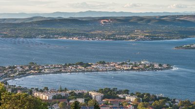 Barrou Neighbourhood, Étang de Thau, Sète (© Photo: Christian Ferrer/Wikimedia Commons, via Wikimedia Commons (https://commons.wikimedia.org/wiki/File:Barrou_Neighbourhood,_%C3%89tang_de_Thau,_S%C3%A8te_01.jpg))