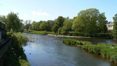 Rivers meet, Cockermouth - panorama (© Robert Freeman [CC BY-SA 3.0 (https://creativecommons.org/licenses/by-sa/3.0)], via Wikimedia Commons (original photo: https://commons.wikimedia.org/wiki/File:Rivers_meet,_Cockermouth_-_panoramio.jpg))