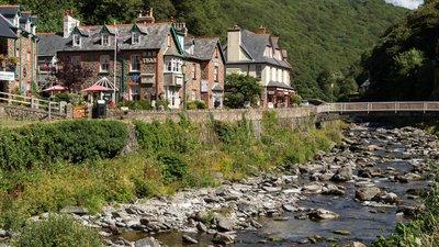 "In Devon region: Lynmouth (© Dietmar Rabich/ Wikimedia Commons/ ""Lynmouth (Devon, UK) -- 2013 -- 7""/ CCBY-SA4.0, via Wikimedia Commons (original photo: https://commons.wikimedia.org/wiki/File:Lynmouth_(Devon,_UK)_--_2013_--_7.jpg))"