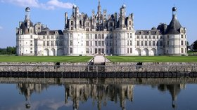 Attractions in the region - Loir et Cher Chambord Chateau (© By No machine-readable author provided. Calips assumed (based on copyright claims). [GFDL (http://www.gnu.org/copyleft/fdl.html), CC-BY-SA-3.0 (http://creativecommons.org/licenses/by-sa/3.0/) or CC BY-SA 2.5-2.0-1.0 (http://creativecommons.org/licenses/by-sa/2.5-2.0-1.0)], via Wikimedia Commons (GFDL copy: https://en.wikipedia.org/wiki/GNU_Free_Documentation_License, original image: https://upload.wikimedia.org/wikipedia/commons/8/80/France_Loir-et-Cher_Chambord_Chateau_03.jpg))