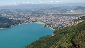 Panoramic view of Annecy (© Photo: Myrabella / Wikimedia Commons, via Wikimedia Commons (original photo: https://commons.wikimedia.org/wiki/File:Annecy_vue_du_mont_Veyrier.jpg))